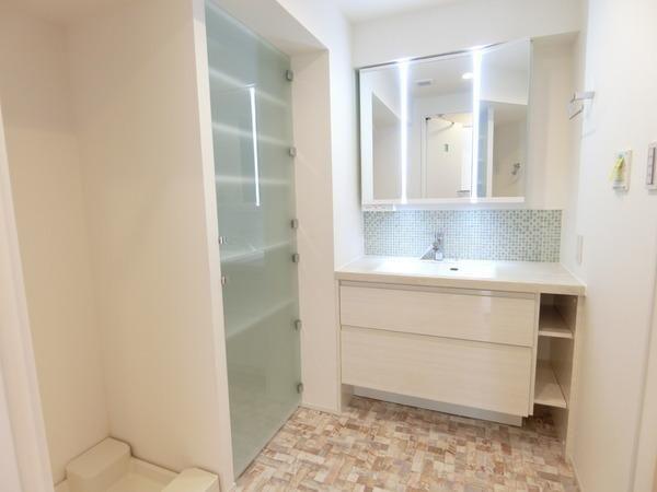 ■白を基調とした清潔感のある洗面台