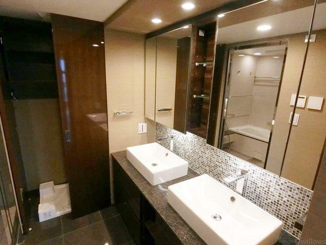 大理石を想像させるデザインの洗面台。3面鏡も付いて機能的な洗面台です。