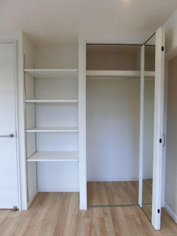 収納には鏡もついております。可動棚を採用しており、用途に応じて様々な使い方ができます。