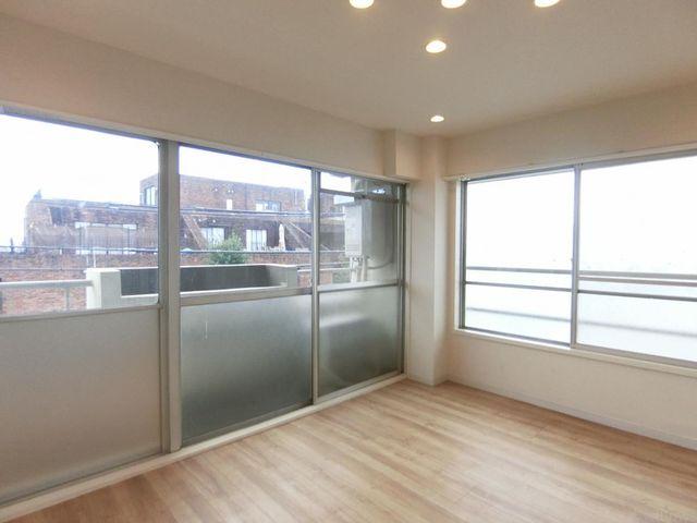 正方形に近い間取りとなっており、家具の配置の自由度が高く使い勝手のよいお部屋でございます。