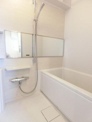 白で統一されたバスルームは清潔感を感じさせてくれます。