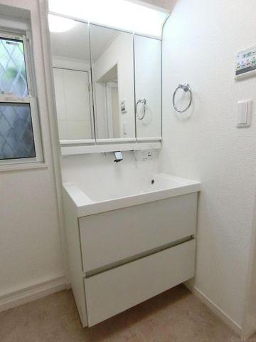三面鏡の収納豊富な洗面台