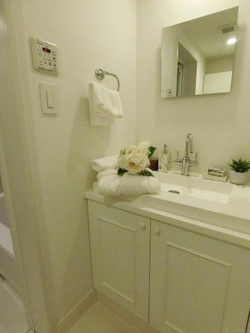 白を基調としたすっきりした洗面台です