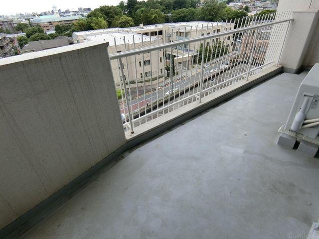 バルコニーにに屋根があり雨の日も困りません。