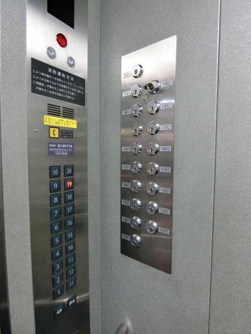 高層階へ上がるには鍵が必要です。専有階以外には行くことが出来ない仕組みです。