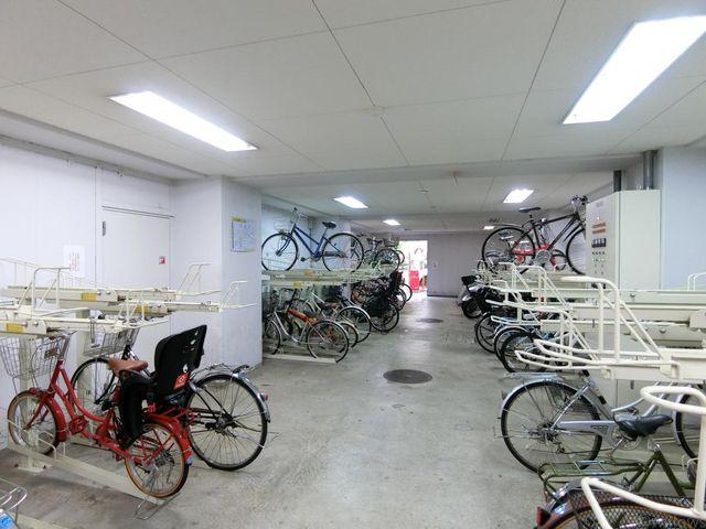 屋内駐輪場は雨や砂ぼこりから汚れを守ってくれます。