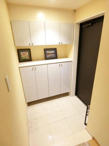 ゆとりのある玄関です。収納スペースも充実しています。
