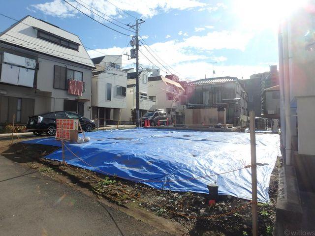高田馬場駅徒歩8分の便利な立地。角地のため陽当たり良好です。車通り、人通りが気になりにくい閑静な住宅街。西側2階建につき開放感良好。