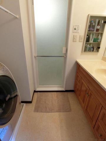 ゆとりのある独立洗面所です。ドラム式洗濯機もおけます。