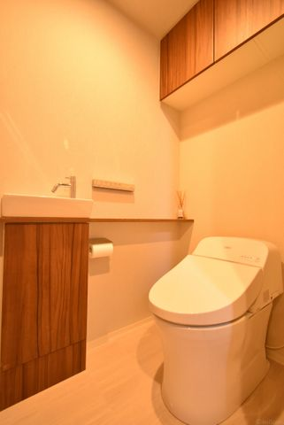 タンクレス型のトイレはお掃除も簡単。空間を広く使う工夫が随所に見受けられます。 より快適にご利用いただくために、人気のウォシュレットタイプを採用。上部に便利な収納もついております。