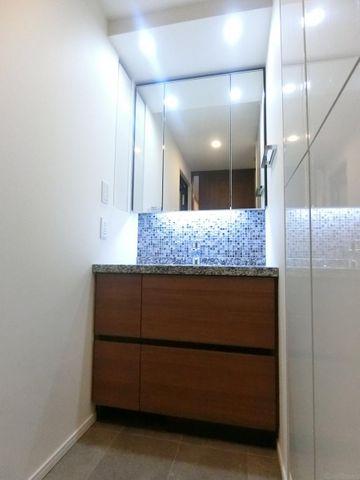 三面鏡の独立洗面台完備。