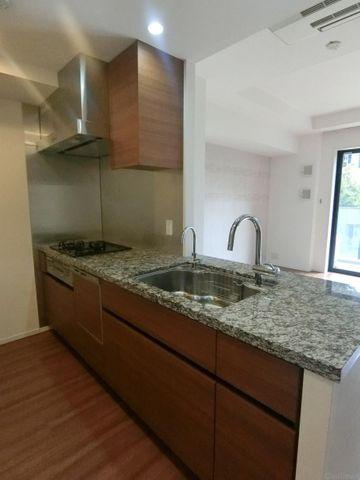 大きな使いやすいキッチンです。カップボードや食洗機も付いております。奥行もあるので、とても動きやすいですよ。