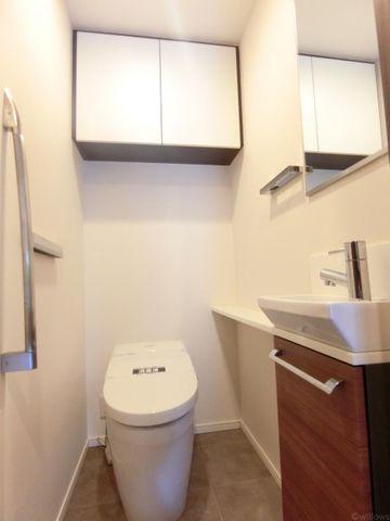 タンクレストイレ手洗い場完備です。