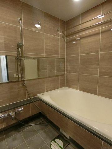 広々としたバスルーム。