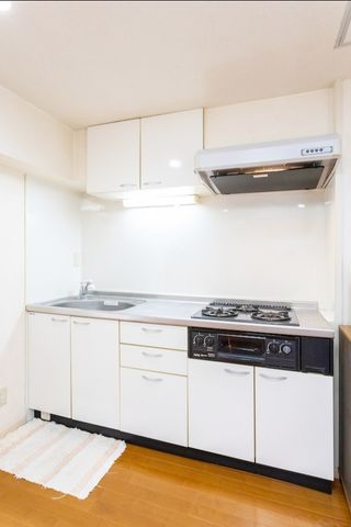 キッチンはきれいな状態ですが、リフォームもご検討頂けます。アイランドキッチンにしようか、対面式のオープンキッチンにしようか、食洗機は付けようか、迷いどころですね。ぜひご希望をお聞かせください。