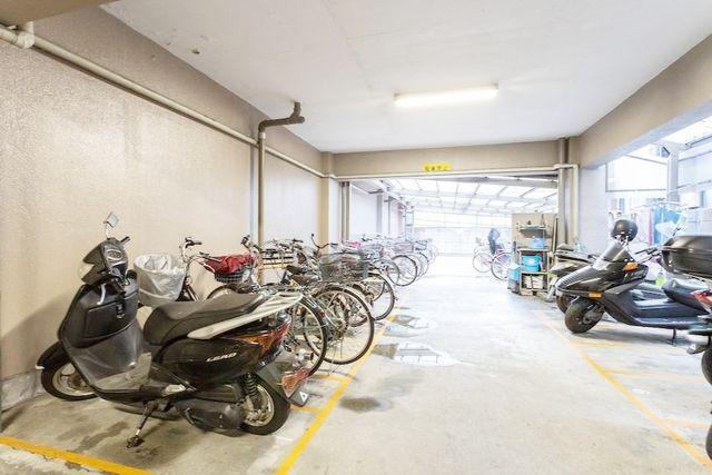 自転車は必需品という方も多くいらっしゃいます。見るとお子様を乗せる自転車も多く、このマンションコミュニティの雰囲気を教えてくれます。空き状況もすぐにお調べします。