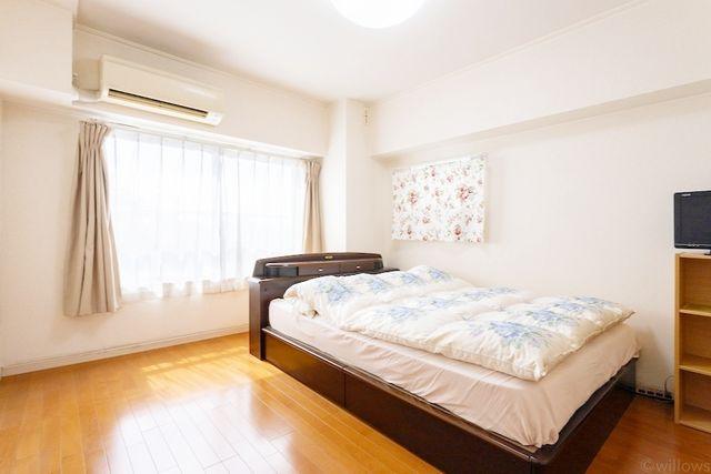キングサイズのベッドも設置可能、昼夜問わずリラックスできるマスターベッドルーム。クローゼットも入っており、無駄のない設計に。窓も大きく設けているので、爽やかな風の通り道になっています。