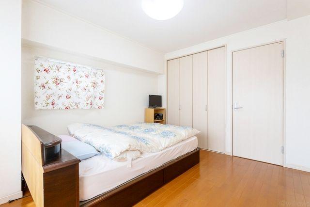 一日の半分を過ごすマスターベッドルーム。充分な収納スペースを確保しており、居室内に余計な家具を置く必要がないので、シンプルですっきりとした暮らしを実現。