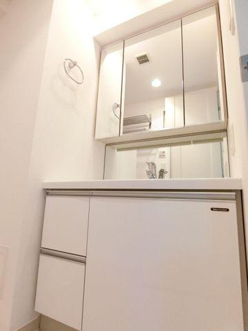 三面鏡の収納豊富な洗面台です。少し幅の広いタイプなのが嬉しいですね。