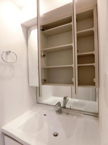 三面鏡を開くと収納スペースがたっぷりです!