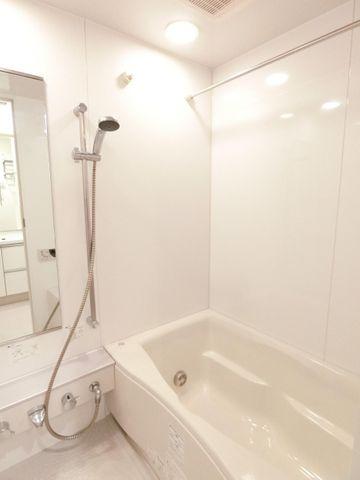 広めの浴槽が嬉しい、清潔に保たれたバスルームです。