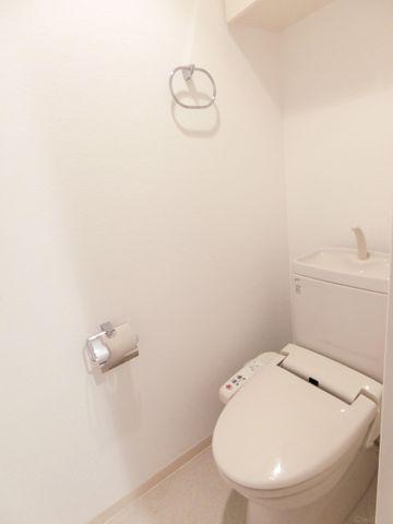 タオルハンガー・手洗い器付きのトイレです。