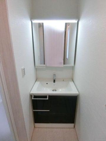 ■ライト付きの洗面所は白基調に明るい雰囲気を醸し出しております。現地(2019年12月)撮影
