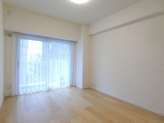 洋室(約5.5帖)南東向きにつき、日当たりの良さがお部屋に開放感えお与えます。