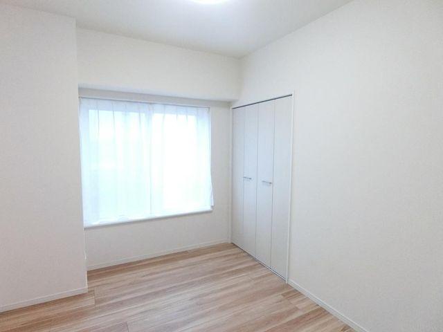 洋室4.4帖でございます。収納二箇所ございますので大変 便利でございます。