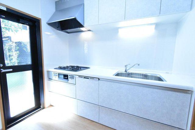 新規交換されたキッチン専用庭に面しており、優しい陽当たりが注ぐ暖かい空間でおお料理もはかどりますね。
