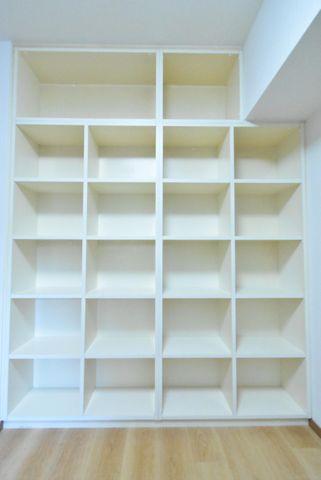 4.6帖の納戸壁一面が収納となっており、お洋服や小物など用途に分けてお使いお使い頂けます。