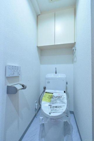 新規交換したトイレ上部収納も嬉しいポイントですね。
