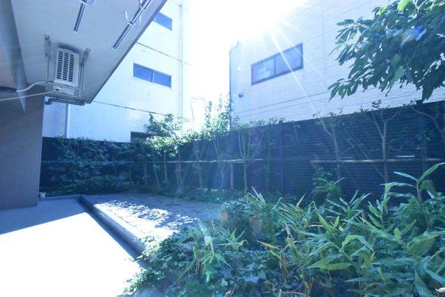 14.23m2の専用庭前面に高い建物がなく陽当たりをしっかりとれています。