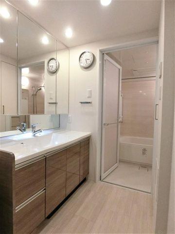 ■三面鏡で収納性が高く、洗面周りはスッキリさせることができます。