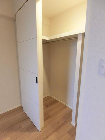 ウォークインクローゼットは2か所ございます。収納場所には困らず、お部屋をすっきりすることができます。