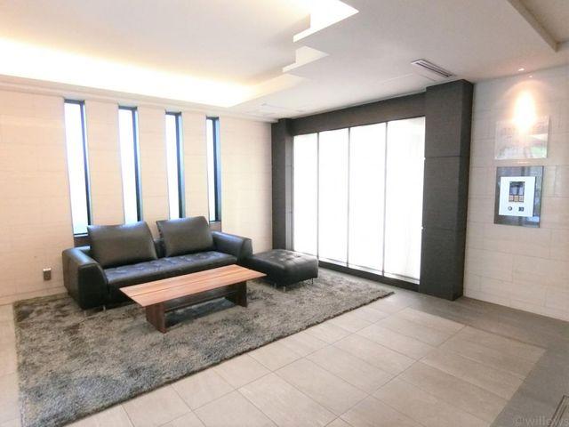 ■エントランスホールは高級感のあるつくりで、ソファーで足を休めることもできます。