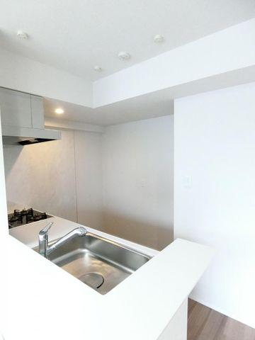 ■キッチン背面には冷蔵庫のほかにカップボードが入る十分なスペースがございます。
