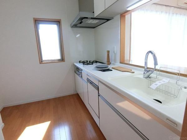 窓付きの快適なキッチン