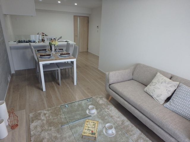 リビングにソファーとダイニングテーブルを置くことが可能です。人気の対面キッチンも魅力の一つです。