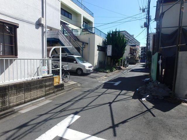 東側道路は北に向かって高島通りに抜ける道路です。