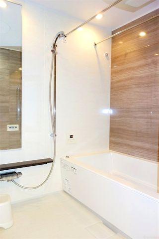 木目が優しい清潔感のあるバスルームはついつい長居してしまいそうです。
