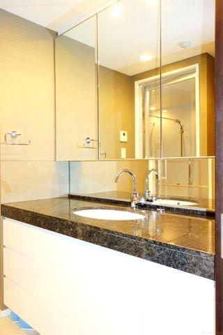 高級感のあるデザインの洗面台です。サイドにスペースが広く取れて使いやすいです。