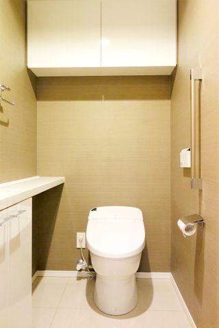 ゆとりのある広さのお手洗いです。カウンターにお好きなものを飾っても良さそうです。