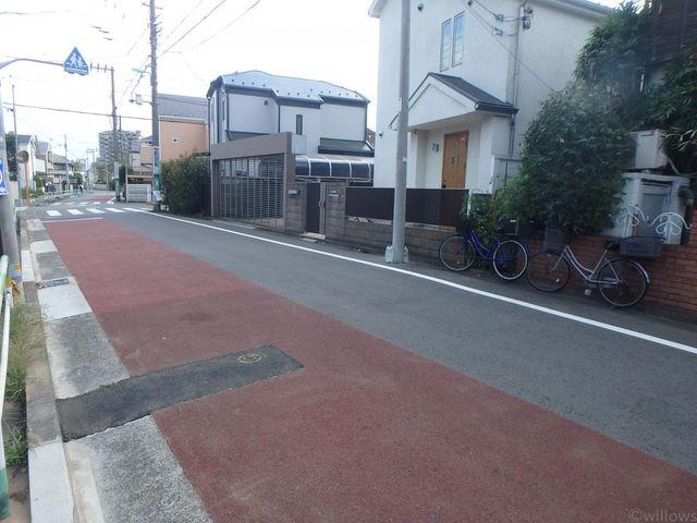 前面道路8メートルと広く駐車もしやすいです。
