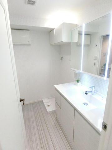 脱衣スペースもしっかりと確保できている洗面所でございます。洗濯機置き場上部には収納がございますので、タオル類や洗剤置き場などにいかがでしょうか。