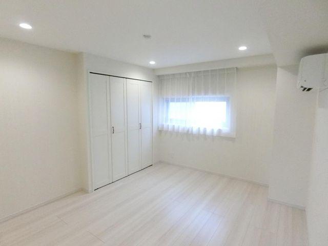 6.7帖の居室には収納もしっかりとついております。ライフスタイルに合わせて、ご利用くださいませ。エアコンもついております。