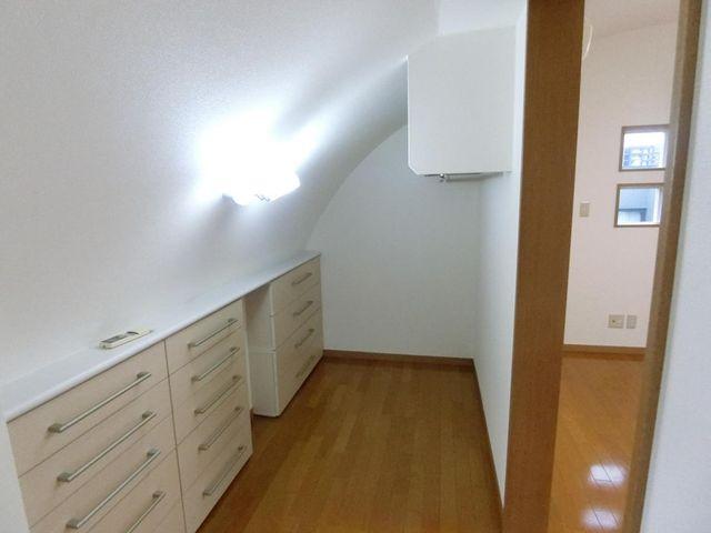 見せる収納といえそうなデザイン性のあるスペースです。