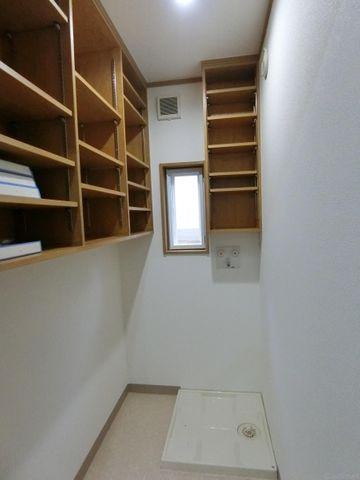 ランドリースペースです。洗剤やタオルなど備え付けの棚にたくさんしまえます。