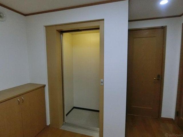 玄関に入るとホームエレベーターが出迎えてくれます。