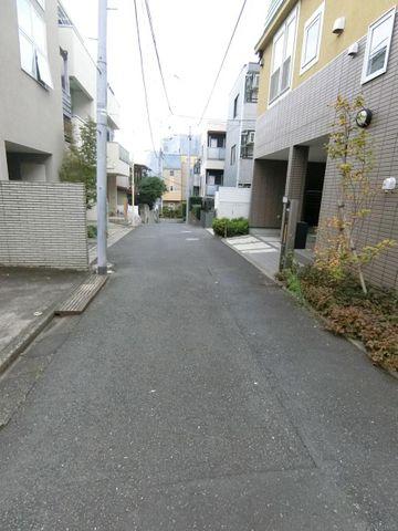 幅員は約4m、前面道路は人通りが少なく閑静な印象です。